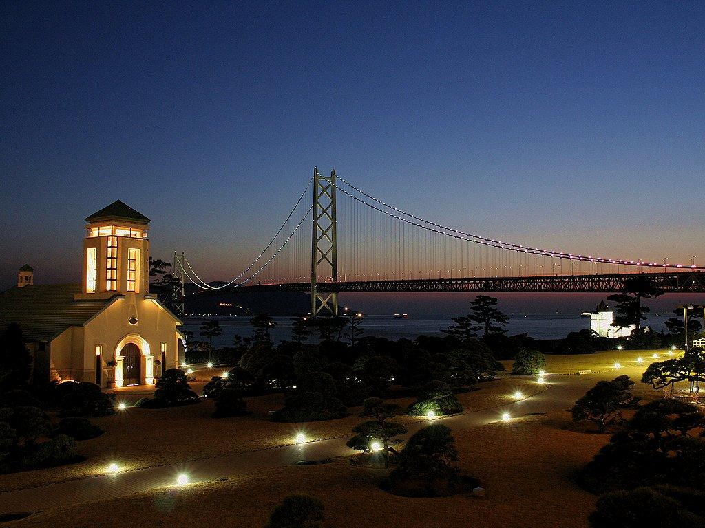 舞子ビラのチャペルと明石海峡大橋のライトアップの無料壁紙写真/無料写真素材