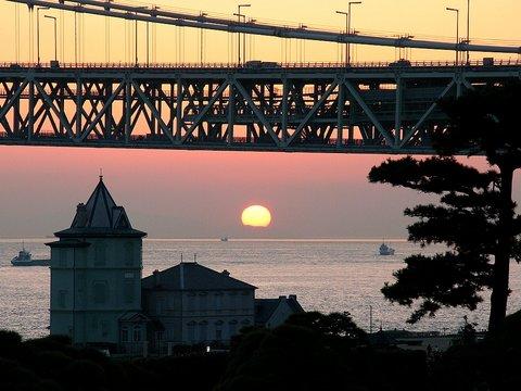 舞子移情閣と明石海峡の夕日