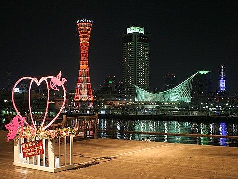 神戸ハーバーランド・モザイクのバレンタインデーオブジェと神戸港・神戸メリケンパークの夜景