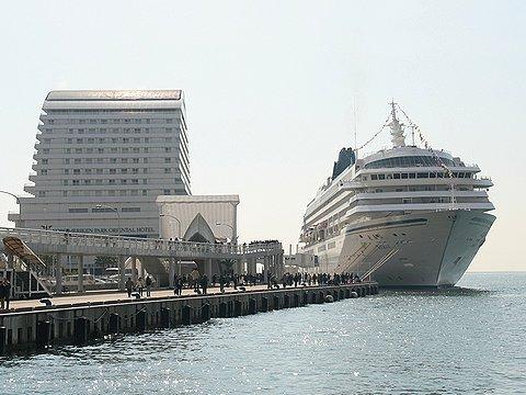 神戸港に入港した飛鳥Ⅱと神戸メリケンパークオリエンタル