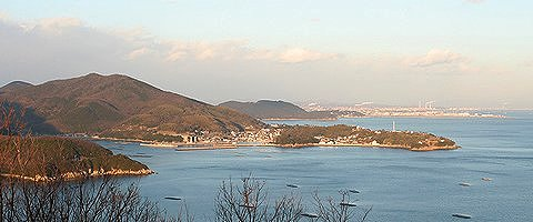 万葉の岬から見た室津漁・港背後は姫路港と工業地帯