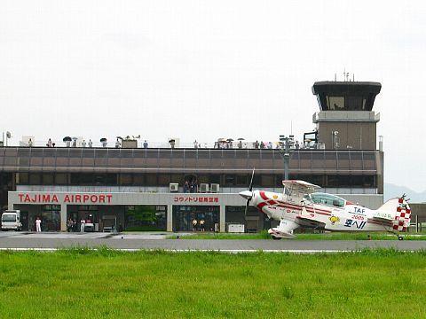 但馬飛行場・コウノトリ但馬空港 旅客ターミナルと管制塔