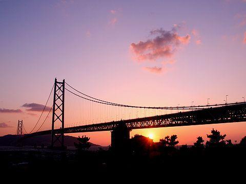 夕日・明石海峡大橋と舞子移情閣(孫中山記念館)/神戸市