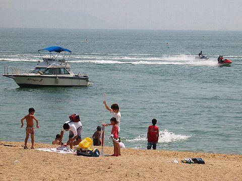 ジェットスキー、ジェットボート禁止区域でジェットスキーに興じる若者たち 明石・八木海岸