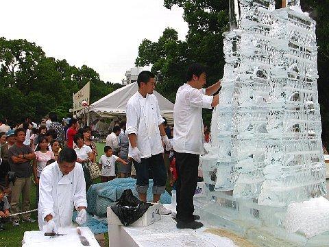 ホテルキャッスルプラザのシェフによる氷彫刻制作の様子