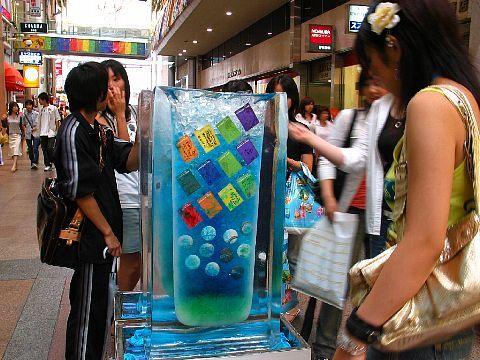 神戸 三宮センター街の夏の風物詩の氷柱