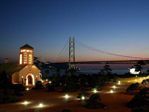 舞子ビラの教会と明石海峡大橋の夕暮れ