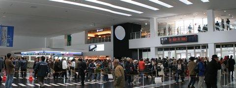 神戸空港旅客ターミナルビル・出発ロビーとチェックインカウンター