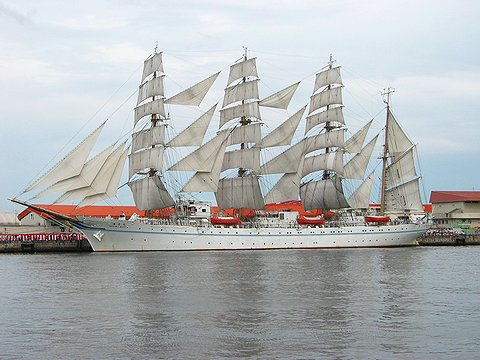 フルセイル(総展帆)の帆船海王丸