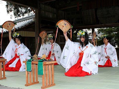 浦安の舞の奉納/御坂神社の御弓神事