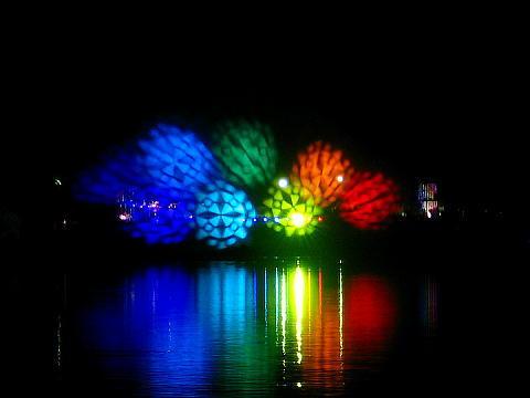 水と光と音のイリュージョン・噴水とレーザー光線の競演