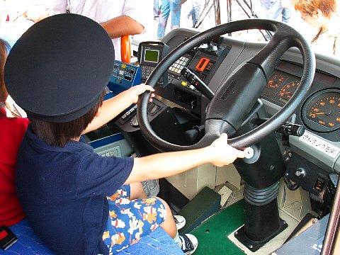 バスの運転席での記念撮影・スルッとKANSAIバスまつり