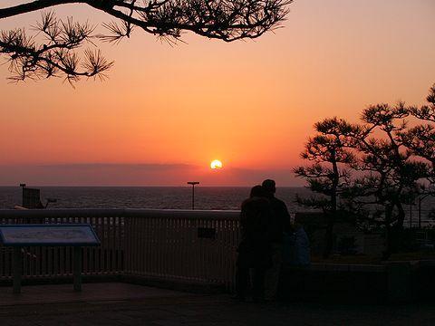 夕日・舞子駅前広場(舞子デッキ)/神戸市