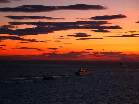 秋の夕焼け空と夕日・瀬戸内海の夕焼け空・海に沈む夕日