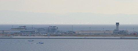 ポートアイランドから見た神戸空港島・神戸空港ターミナルビルと管制塔