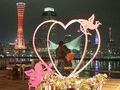 神戸ハーバーランドのバレンタインデーオブジェと神戸港の夜景