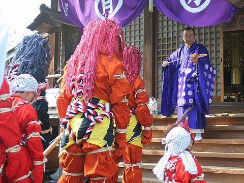 鬼追い式に先立って月輪寺で祈祷を受ける鬼/三木市