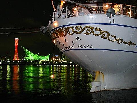 帆船海王丸のライトアップと神戸港・メリケンパークの夜景