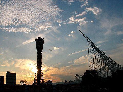 神戸メリケンパークの夕焼け空と夕陽/神戸ポートタワーと神戸海洋博物館の夕焼け空と夕陽・秋空の風景