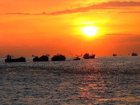 瀬戸内海に沈む夕日と夕焼け空・秋空