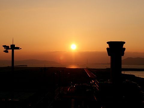 神戸空港管制塔と明石海峡に沈む夕日・神戸空港/神戸市