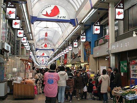 買い物客で賑わう魚の棚商店街