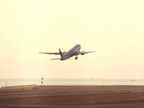 神戸空港を離陸するJALたまごっちジェット・神戸空港/神戸市