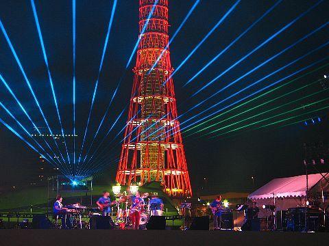 神戸ポートタワーとレーザーショー 神戸の夏祭り音と光の祭典・神戸メリケンパーク