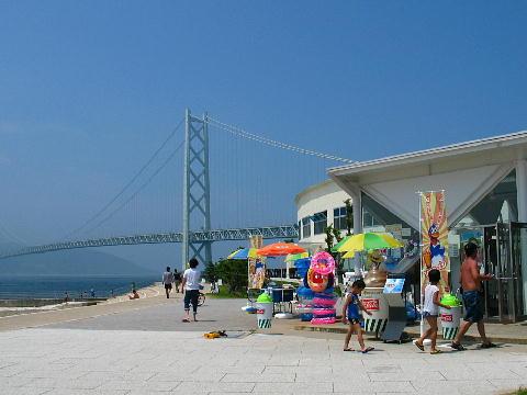 舞子海水浴場 海の家と明石海峡大橋