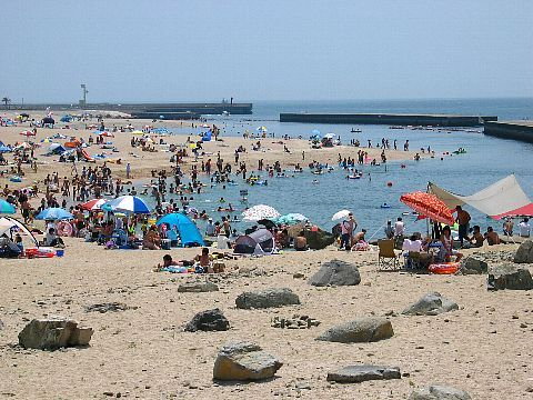 舞子海水浴場 海水浴客でにぎわう夏の海岸