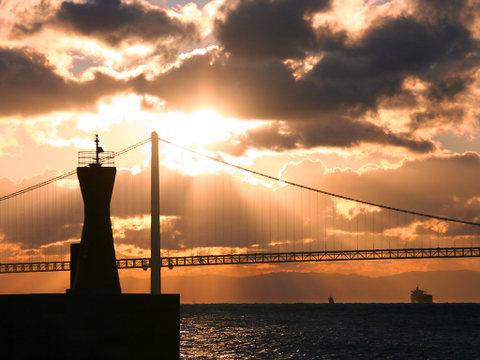 初日の出と明石海峡大橋・明石港灯台