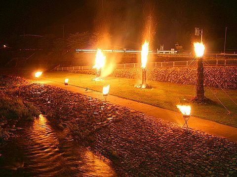 円山川に立てられた巨大松明/竹田の松明祭り・火祭り