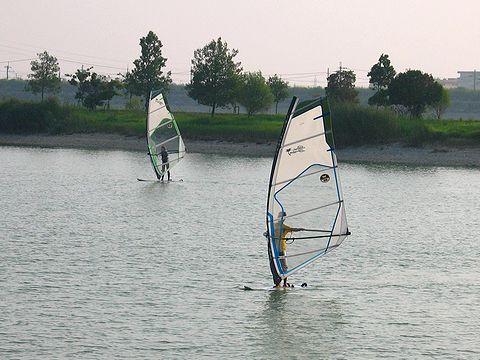 加古大池ではカヌー、ウィンドサーフィンができる