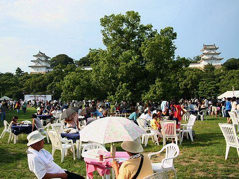 明石公園西芝生広場のテーブル席でゆっくりお祭り見物