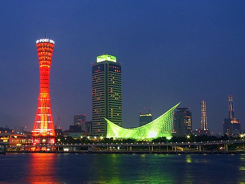 神戸メリケンパークの夜景と神戸ポートタワーのライトアップ
