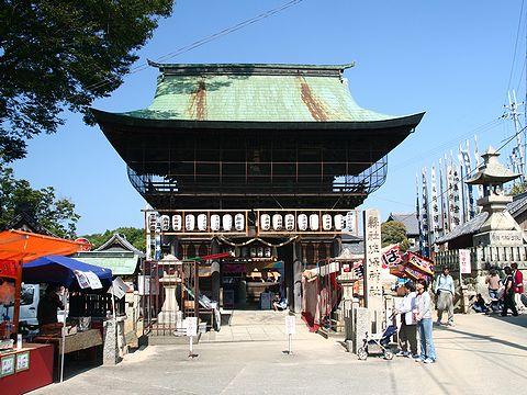 佐保神社楼門と秋祭りの露店/加東市社