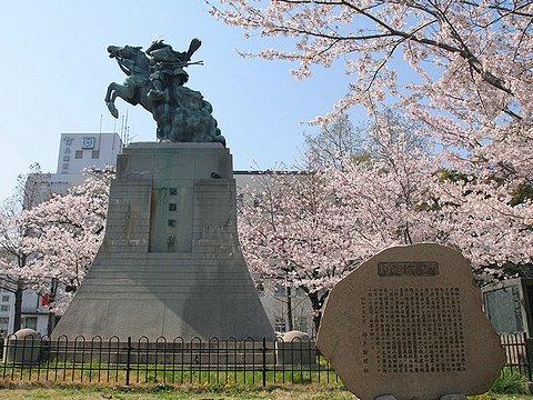 湊川公園の桜と楠木正成(大楠公)の銅像/神戸市の桜