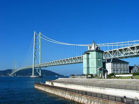 明石海峡大橋と舞子移情閣(舞子六角堂)/神戸市舞子公園