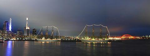 日本丸と海王丸のライトアップ・神戸港の夜景 / 神戸市中央区・神戸港新港第1突堤