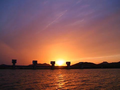 夕日と夕焼けの写真・加古川大堰記念公園/加古川市