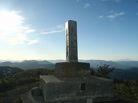 千ヶ峰の山頂の石碑と北西の風景