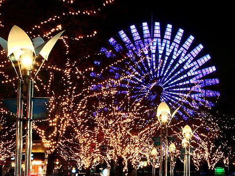 神戸ガス灯通りのイルミネーションとモザイクガーデンの観覧車/神戸市