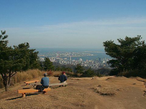 菊水山山頂の展望広場と神戸市街地の風景/神戸市六甲山