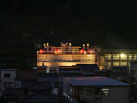 温泉小学校円形校舎の巨大クリスマスケーキ/新温泉町・湯村温泉