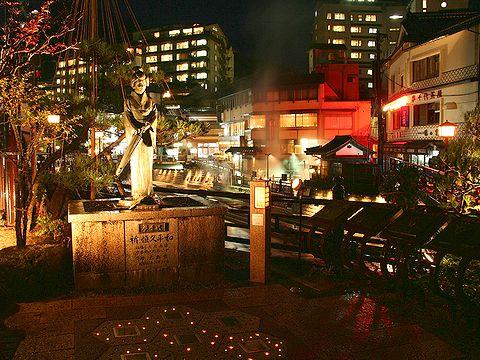 夢千代広場・夢千代像のライトアップと湯村温泉の夜景/新温泉町