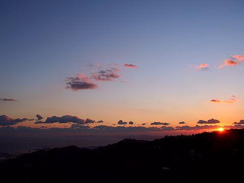 六甲山の夕焼け(中央の山は摩耶山掬星台)/神戸市六甲山記念碑台