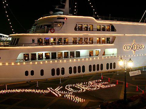 クルーズ船コンチェルトと100万人のキャンドルナイト/神戸ハーバーランド・高浜岸壁