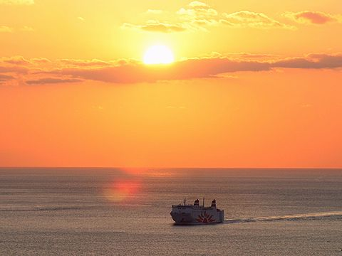 夕日とさんふらわあ/2006年最後の瀬戸内海に沈む夕日