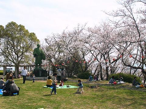 赤穂御崎公園 大石内蔵助の銅像とお花見の風景/赤穂市