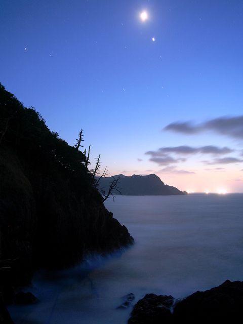 イカ釣り漁船の漁火と日本海の夜景/香美町香住区 香住海岸